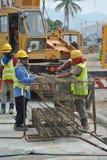 Grupa pracownicy budowlani zmyśla szpaltowego wzmacnienie baru Zdjęcia Stock