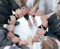 Grupa pracownicy tworzy okrąg z ręk obrazy stock