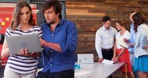 Grupa pracuje w biurze dyrektor wykonawczy zbiory