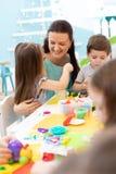 Grupa preschool dzieciaki angażujący wewnątrz handcrafts obraz stock