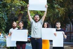 Grupa protestujący młodzi ludzie outdoors fotografia stock