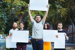 Grupa protestujący młodzi ludzie outdoors zdjęcia royalty free