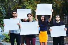 Grupa protestujący młodzi ludzie outdoors obraz royalty free