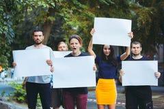 Grupa protestujący młodzi ludzie outdoors zdjęcie stock