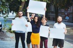 Grupa protestujący młodzi ludzie outdoors fotografia royalty free
