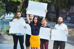 Grupa protestujący młodzi ludzie outdoors obrazy stock