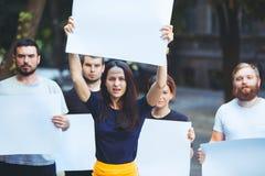 Grupa protestujący młodzi ludzie outdoors zdjęcie royalty free