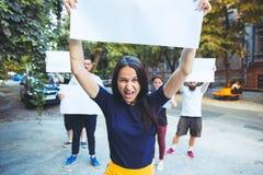 Grupa protestujący młodzi ludzie outdoors obraz stock