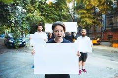 Grupa protestujący młodzi ludzie outdoors zdjęcia stock