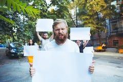Grupa protestujący młodzi ludzie outdoors obrazy royalty free