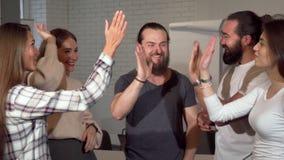 Grupa przedsiębiorcy świętuje sukces, wysoka fiving each inny zbiory wideo
