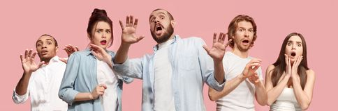 Grupa przelękłe ludzi, kobiety i mężczyzna stresujące utrzymuje ręki na głowie, przerażającej w panice, krzyczy zdjęcie stock