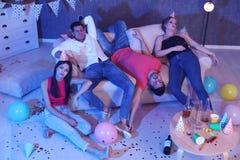 Grupa przyjaciele śpi w upaćkanym pokoju po przyjęcia zdjęcia royalty free
