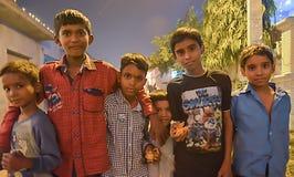 Grupa przyjaciele ŚWIĘTUJE DIWALI zdjęcia stock