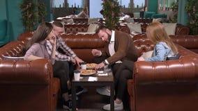 Grupa przyjaciele bawić się gry planszowe w kawiarni zbiory wideo