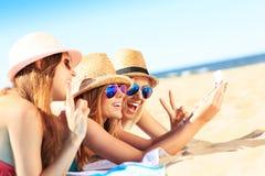 Grupa przyjaciele bierze selfie na plaży zdjęcie stock
