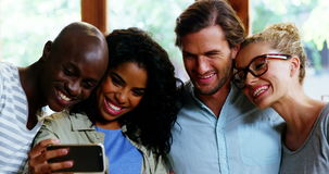 Grupa przyjaciele bierze selfie od telefonu komórkowego zbiory