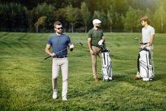 Grupa przyjaciele chodzi na polu golfowym obraz royalty free
