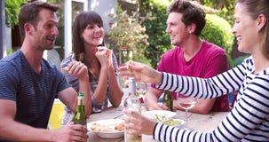 Grupa przyjaciele Cieszy się Plenerowych napoje W ogródzie zbiory wideo