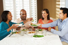 Grupa przyjaciele Cieszy się posiłek W Domu Zdjęcie Royalty Free