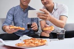 Grupa przyjaciele ma przyjęcia i je pizzę w domu One wat zdjęcia stock