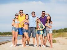 Grupa przyjaciele ma zabawę na plaży Obrazy Stock