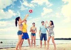 Grupa przyjaciele ma zabawę na plaży Zdjęcie Stock