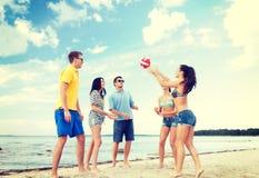 Grupa przyjaciele ma zabawę na plaży Obraz Stock