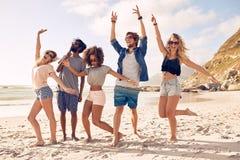 Grupa przyjaciele ma zabawę przy plażą obraz stock