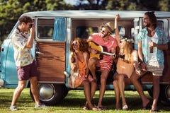 Grupa przyjaciele ma zabawę przy festiwalem muzyki Fotografia Royalty Free
