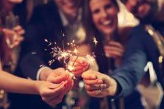 Grupa przyjaciele ma zabawę z sparklers Zdjęcie Stock