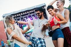 Grupa przyjaciele ma zabawa czas przy festiwalem muzyki Obrazy Royalty Free
