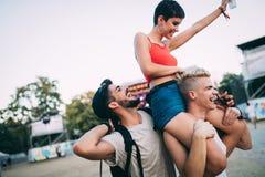 Grupa przyjaciele ma zabawa czas przy festiwalem muzyki Zdjęcie Royalty Free
