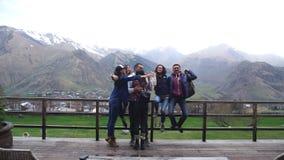 Grupa przyjaciele na punktu obserwacyjnego uściśnięcia górach w tle zdjęcie wideo