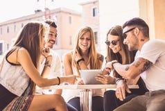Grupa przyjaciele ogląda pastylkę Obrazy Stock