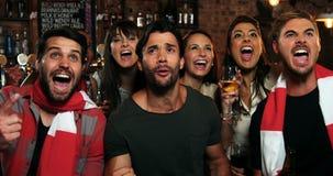 Grupa przyjaciele ogląda tv w barze zdjęcie wideo