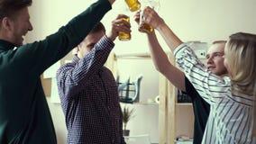 Grupa przyjaciele pije alkoholicznych napoje w biurze Butelkowy piwo Dorosłego napoju clink i piwo zdjęcie wideo