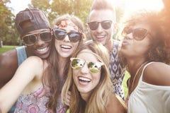 Grupa przyjaciele przy festiwalem zdjęcia stock