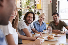 Grupa przyjaciele Spotyka Dla lunchu W sklep z kawą zdjęcie royalty free