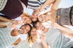 Grupa przyjaciele tworzy skupisko zdjęcie stock