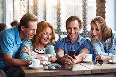 Grupa przyjaciele używa telefon Obrazy Stock