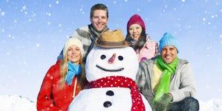 Grupa przyjaciele w Śnieżnym Uśmiechniętym Rozochoconym pojęciu fotografia royalty free
