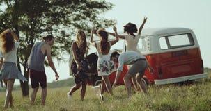 Grupa przyjaciele wpólnie biega wolno retro rocznika autobus, ładnego czas, wszystko uśmiechnięty i szczęśliwy 4K zwalniają zbiory wideo