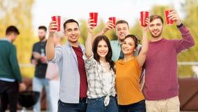 Grupa przyjaciele wznosi toast napoje przy dachu przyjęciem fotografia stock