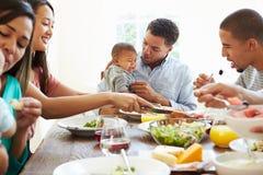 Grupa przyjaciele Z dziećmi Cieszy się posiłek W Domu Wpólnie Zdjęcia Royalty Free