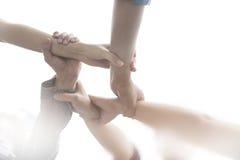 Grupa przyjaciele z rękami w stercie, praca zespołowa Zdjęcia Royalty Free