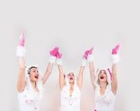 Grupa przystojny dziewczyny odczucie excited stawiać ich ręki up Zdjęcia Royalty Free