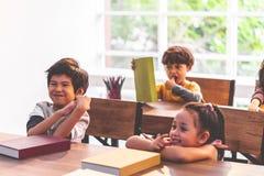 Grupa Różnorodny Studencki studiowanie w sali lekcyjnej fotografia royalty free