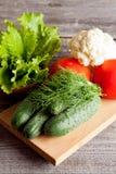 Grupa różni warzywa na drewnianej desce fotografia stock