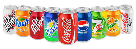 Grupa różnorodna soda pije w aluminiowych puszkach odizolowywać na bielu Obrazy Royalty Free